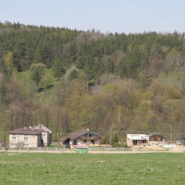 """Położona na uboczu wieś sprawia wrażenie odciętej od świata. Wokół góry i lasy, zaś domy """"rozrzucone"""" są po całej okolicy."""