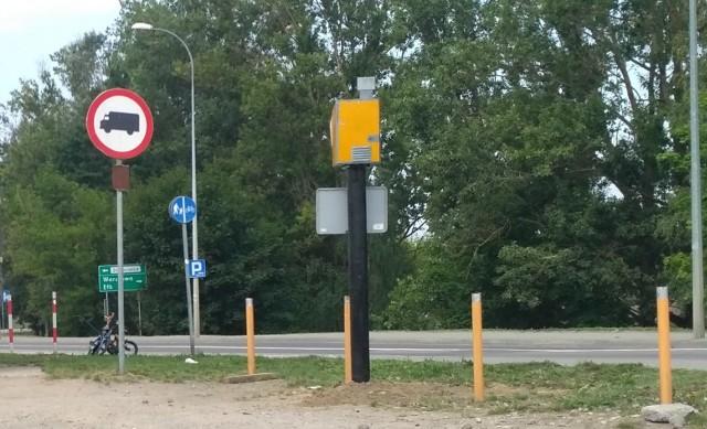 Nowy fotoradar w Białymstoku? Taka instalacja stanęła w sobotę przy ul. Popiełuszki 113 na przeciwko skupu złomu i kasacji samochodów UNIWERSTAL, który znajduje się niedaleko przejazdu kolejowego w Starosielcach.