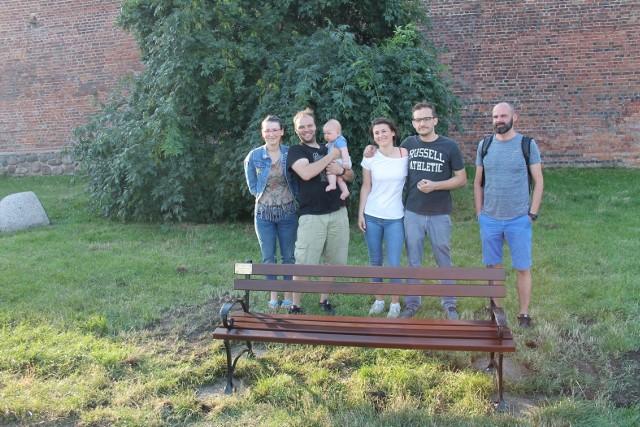 Na zdjęciu fundatorzy ławki - rodzina Krzysztofa Borkowskiego.
