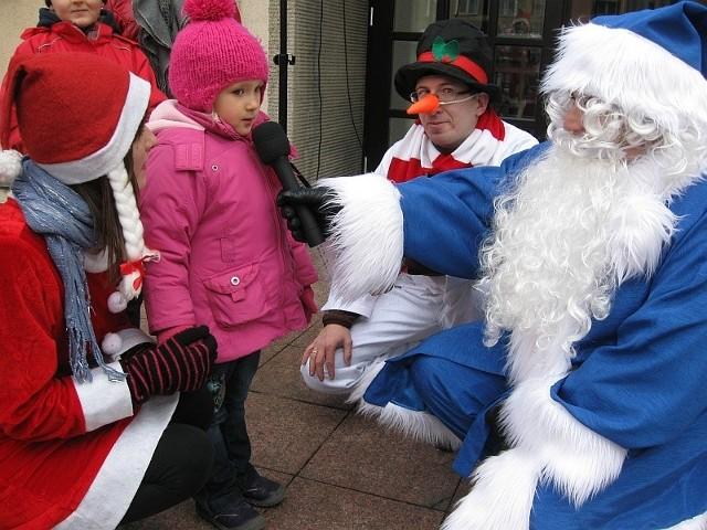 Bardzo szczególny, bo niebieski Mikołaj pojawiał się przez cały tydzień w wybranych punktach naszego miasta.