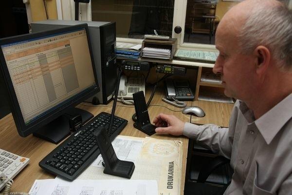 Dyspozytornia w Komunalnym Przedsiębiorstwie Komunikacji Miejskiej w Białymstoku.  Dyspozytor jest już gotowi do pracy z nową radiostacją.