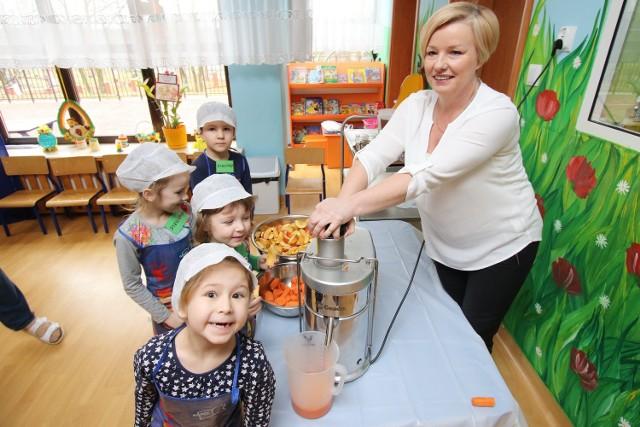 Dietetyk Małgorzata Litwin  przygotowuje zdrowy i naturalny sok z przedszkolakami z Nowin. Zapewnia jednak , że śladowe ilości cukru w herbacie na pewno im nie zaszkodzą.