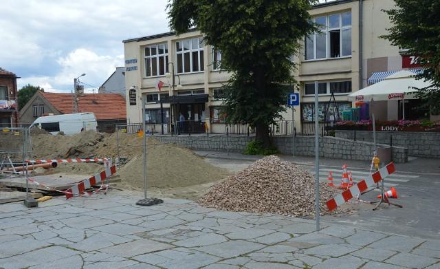 Nowe zasady ruchu na rynku były testowane podczas usuwania awarii kanalizacji.