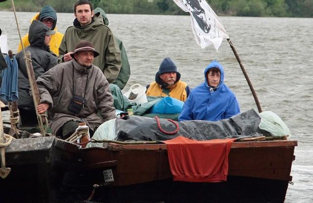 Inicjatorem akcji jest Jarosław Kałuża (na zdjęciu w góralskim kapeluszu), który od lat pływa Wisłą na historycznych jednostkach