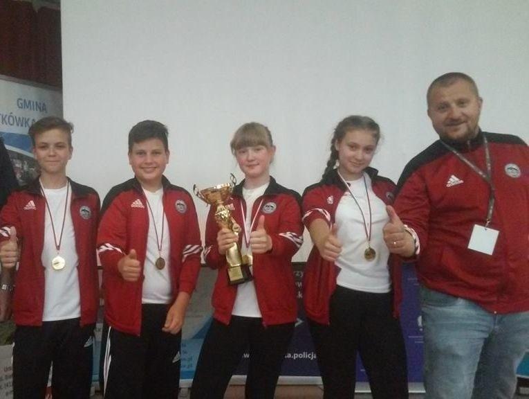 Najlepsza w województwie świętokrzyskim drużyna ze Szkoły Podstawowej numer 1 we Włoszczowie z opiekunem Marcinem Sztuką.