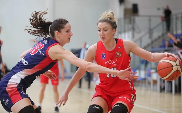 Roksana Schmidt (z piłką) należy do ścisłej czołówki koszykarek