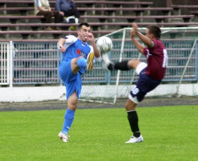 Ostra gra w Szczecinie - Łukasz Trociuk z Arkonii (z lewej) kontra Marek Lewandowski z Sokoła Pyrzyce.