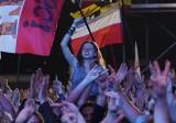 WOODSTOCK 2019: Kult porwał tłumy. Kazik pierwszy raz wystąpił na festiwalu Pol'and'Rock. Na telebimach pojawili się dziennikarze TVP