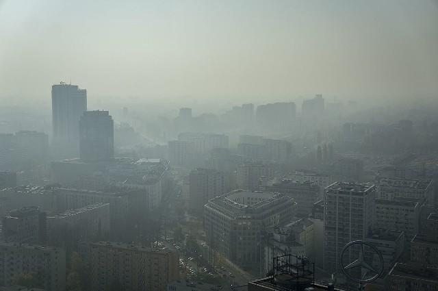 Polskie miasta należą do jednych z najbardziej zanieczyszczonych w Europie. Najgorzej jest z benzo(a)pirenem, który jest jedną z najgroźniejszych substancji rakotwórczych. Zawierają go także papierosy, dlatego można porównać oddychanie zanieczyszczonym powietrzem do palenia. By lepiej to zobrazować, Omni Calculator, start up z Krakowa, stworzył kalkulator smogowy, w którym możemy przeliczyć, ile papierosów dziennie wypalamy, oddychając powietrzem w danej miejscowości.W wyliczeniach pod uwagę wzięto średnią ilość powietrza wdychanego przez dorosłego człowieka na godzinę, średnie roczne stężenie benzo(a)pirenu zarejestrowane poza budynkami oraz zawartość B[a]P w jednym papierosie. Wyniki są zatrważające! Zobacz, gdzie jest najgorzej! Tam mieszkańcy wypalają w godzinę paczkę papierosów... tylko oddychając.