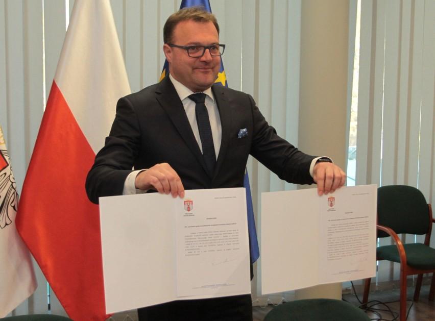 We wtorek prezydent Radosław Witkowski podpisał oświadczenie przekazujące zarząd nad lotniskiem na Sadkowie nowemu właścicielowi.