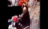 Uderzył kobietę w sklepie w Lesznie. Policja przesłuchuje świadków, a Kaufland analizuje zachowanie pracowników ochrony