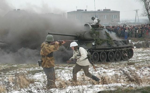 Przed trzema laty podczas ataku na bunkier obrońcy ,,spalili'' pancernego kolosa. Mimo tego nacierający Polacy i Rosjanie przełamali obronę i zdobyli bunkier.