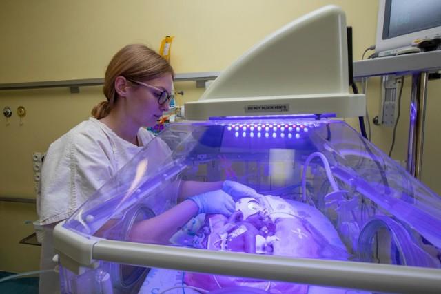 Takie narodziny zdarzają się bardzo rzadko - raz na 600 tys. porodów. We wtorek (3 marca) w Szpitalu Uniwersyteckim nr 2 im. Biziela w Bydgoszczy przyszły na świat czworaczki: chłopiec i trzy dziewczynki. Maluchy i ich mama czują się dobrze.