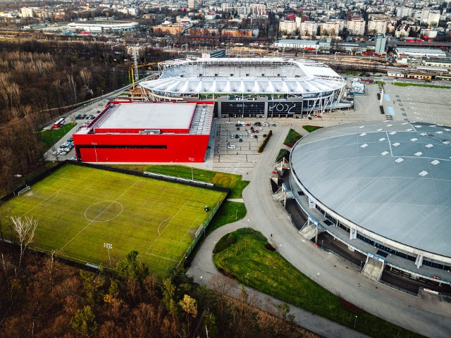 Wykonawca miejskiego stadionu przy al. Unii, z którego korzystają piłkarze ŁKS, zapewnia, że wszystkie prace budowlane przy rozbudowie obiektu mają zakończyć się w drugiej połowie roku, czyli kilka miesięcy przed datą zapisaną w kontrakcie.ZOBACZ ZDJĘCIA
