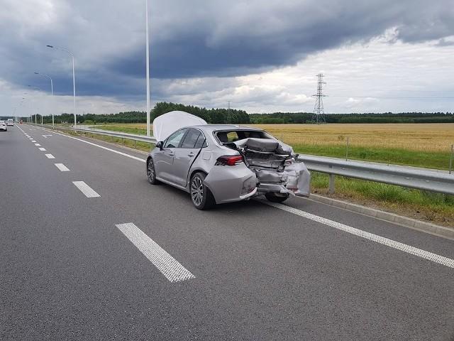 """Na krajowej """"siódemce"""" w Orońsku w tył toyoty wjechał rozpędzony bus. Na szczęście skończyło się na rozbitych samochodach, nikomu nic się nie stało."""