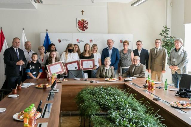 Laureaci ogólnopolskiego konkursu o parkach na spotkaniu z marszałkiem Piotrem Całbeckim