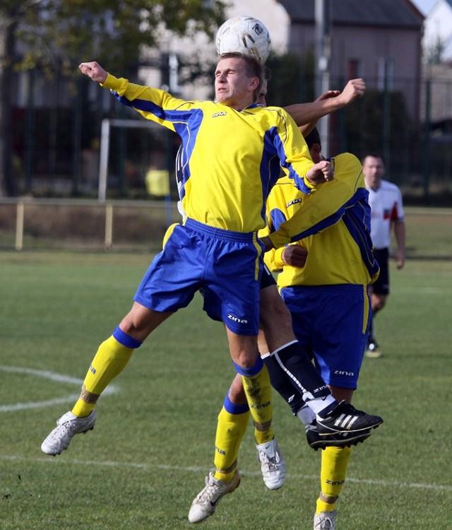 Piłkarze Piasta (żółto-niebieskie stroje) nie oszczędzali się w meczu z Gryfem Gródek