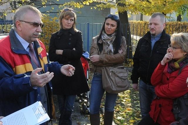 W sobotę mieszkańców usiłował uspokoić Zdzisław Markiewicz, dyrektor MOPR. Nie udało się.