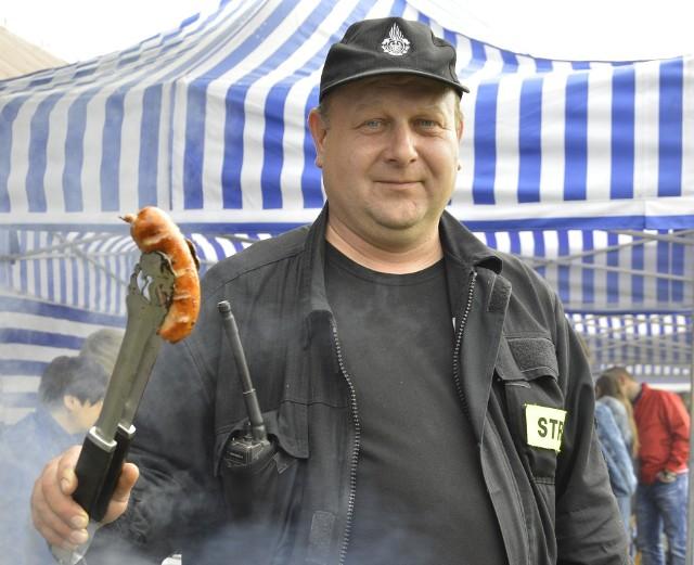 Stanisław Chudyba z OSP w Kobylance serwuje najlepszą strażacką kiełbasę z grilla.