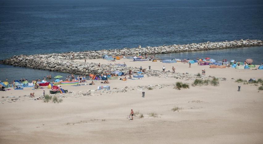 Na plaży w Jarosławcu pojawiło się w piątek wielu turystów.