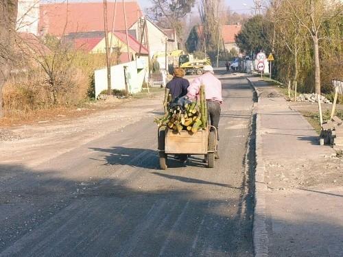 - Widocznie tak miało być, nie ma co robić afery - mówili nam wczoraj mieszkańcy wsi pytani o zdarty asfalt. - To przecież Polska - komentowali inni. Zgodni byli w jednym: - Dobrze, że będzie kanalizacja. (fot. Jarosław Staśkiewicz)