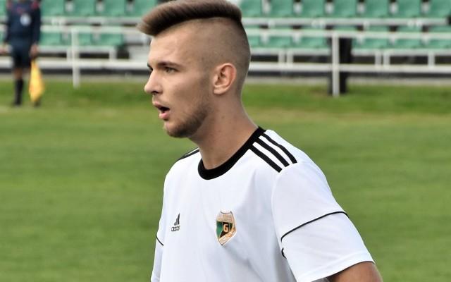 Górnik Brzeszcze pokonał Zgodę Malec 3:1 w meczu oświęcimskiej piłkarskiej klasy A. Na zdjęciu: Mateusz Piwowar, który strzelił pierwszą bramkę dla brzeszczan, a trzecią wypracował.