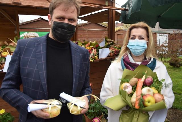 Bukiety owocowo-warzywne rozdawali m.in. Agata Dusińska i Paweł Cierach.