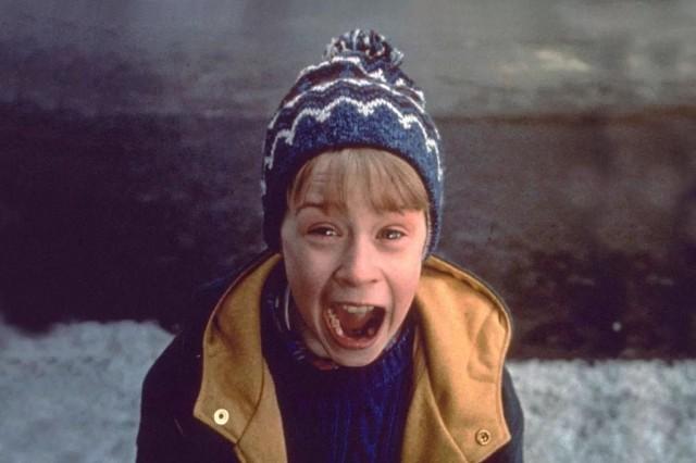Komedia opowiada o rodzinnie McCallisterów, która najbliższe święta Bożego Narodzenia zamierzają spędzić we Francji. W dzień wyjazdu prawie spóźniają się na samolot i w wyniku zamieszania zapominają zabrać ze sobą 8-letniego Kevina. Chłopiec zostaje sam w domu i od tej pory musi radzić sobie sam – zwłaszcza z dwoma złodziejami, którzy zamierzają okraść jego dom. Nie są jednak przygotowani na pułapki, jakie przygotowuje dla nich rezolutny Kevin…