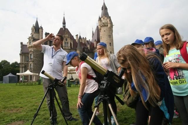 Przez specjalne teleskopy dzieci mogły oglądać powierzchnię słońca.