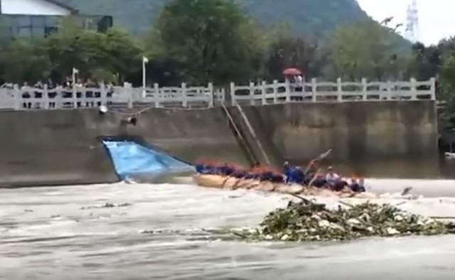 Do tragicznego w skutkach zdarzenia doszło wczoraj na rzece Taohua w pobliżu miasta Guilin w południowych Chinach. W czasie treningu wioślarskiego - w mieście odbywają się bardzo popularne wyścigi tzw. smoczych łodzi -  jedna z łodzi przewróciła się. Do rzeki wpadło ponad 25 osób. POLECAMY PAŃSTWA UWADZE:Zdjęcie Popka przed przerażającą metamorfozą trafiło do sieci Najniebezpieczniejsi przestępcy w Łodzi [zdjęcia] Czy umiesz przeklinać po Łódzku [QUIZ] TOP 10 pizzerii w ŁODZI według portalu TripAdvisor [ZDJĘCIA, MAPY] Anna Mucha nago! Sesja z Playboya [zdjęcia] Kibice Widzewa, kibice ŁKS - archiwalne zdjęcia Konkurs Miss Lata 1984 roku na Fali (zdjęcia) Gdzie się zarabia najwięcej woj. łódzkim? [RANKING] Kiedy zmiana czasu? Zobacz, kiedy przestawiamy zegarki