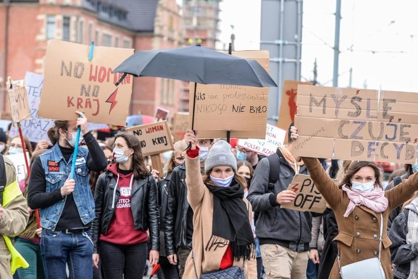 Czarny parasol - symbolem Strajku Kobiet.