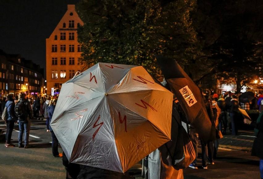 [sc]Czarne parasolki. Co symbolizują?[/sc]...