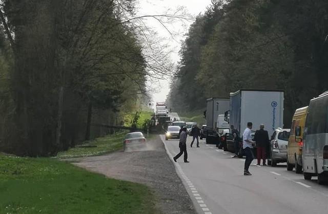 Na trasie odcinku Straż - Czarna Białostocka powstał duży korek. Drogę krajową nr 19 zablokowało drzewo, które spadło na jezdnię.Zdjęcia pochodzą z grupy Kolizyjne PodlasieBiałystok. Pożar w bloku przy ulicy Malmeda