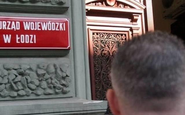 Pabianicki radny Antoni Hodak najpierw został usunięty z klubu radnych PiS, a już jako radny niezależny krytykował publicznie wojewodę łódzkiego Tobiasza Bocheńskiego. Teraz wojewoda chce go przenieść na stanowisko poniżej jego kwalifikacji. Czytaj dalej na kolejnym slajdzie: kliknij strzałkę w prawo