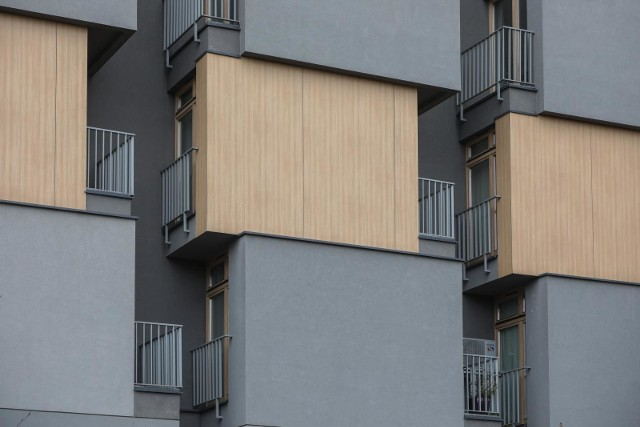 Przy alei Grottgera w Krakowie znajduje się budynek, który wzbudza spore zainteresowanie. Lokatorzy mieszkań z balkonem mają widok na... okno swojego sąsiada. Widok z balkonu na... okno sąsiada. Tak się buduje w Krakowie