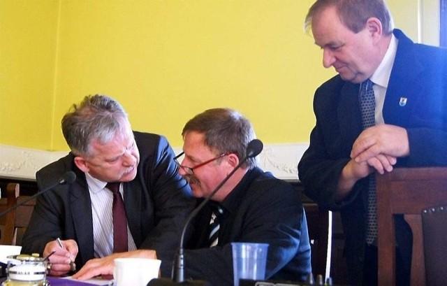 Radny Aleksander Mrówczyński (z lewej) przekonuje do swoich racji wiceprzewodniczących rady powiatu Jana Gadzałę i Edmunda Hapkę.