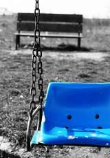 Plac zabaw przyciąga dzieci, pijaków i psy. Rodzice narzekają na zaniedbane otoczenie.