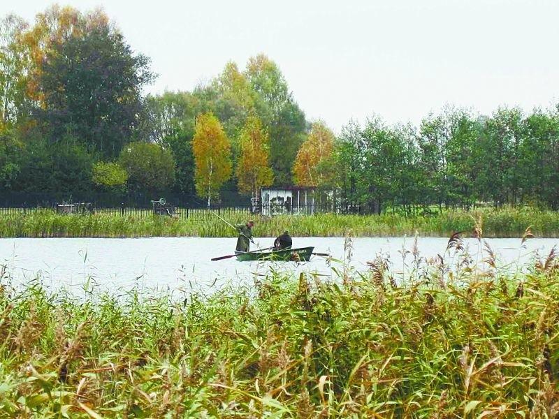 Rybacy podczas jednego z połowów na jeziorze Szlam. Okazuje się, że łowienie ryb przy użyciu odpowiedniego prądu jest legalne. Ale, zdaniem wędkarzy, nie sprawia żadnej przyjemności.