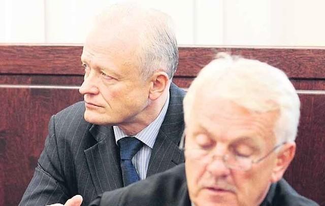 Mimo oporu obrońcy Jacka Piechoty (z tyłu) mec. Marka Mikołajczyka, sąd zgodził się na przesłuchanie świadków, co odbędzie się podczas kolejnej rozprawy, w październiku.