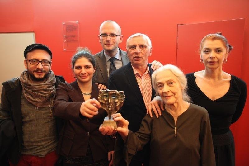 Od lewej: Paweł Passini, Zuzanna Srebrna, Tomasz Konina, Mikołaj Grabowski, Zofia Bielewiczi Grażyna Misiorowska - laureaci Złotych Masek za szczególne dokonania teatralne w 2012 roku.
