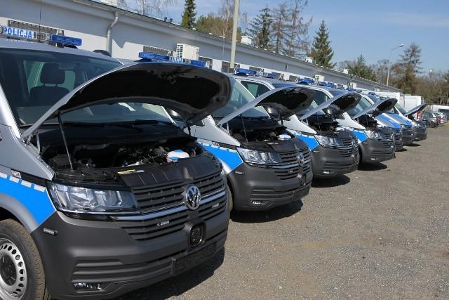 Do Poznania przyjechała pierwsza partia zamówionych nowoczesnych furgonów patrolowych VW T6. To 20 ze 162 pojazdów zakupionych przez KWP w Poznaniu dla jednostek policyjnych w całym kraju.Zobacz: Wybuchy bankomatów w Wielkopolsce
