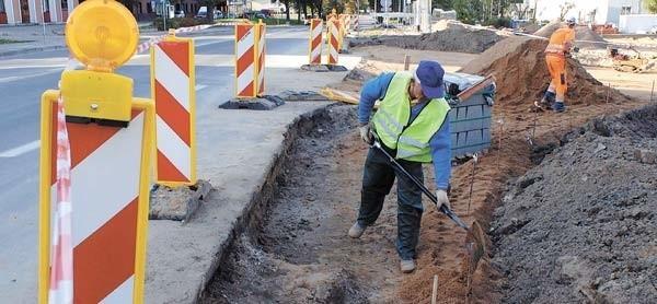 Pracownicy firmy Colas zajęli się na razie budową chodnika.