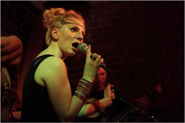 Marta Markiewicz w czasie koncertu w usteckim pubie Ramyada.