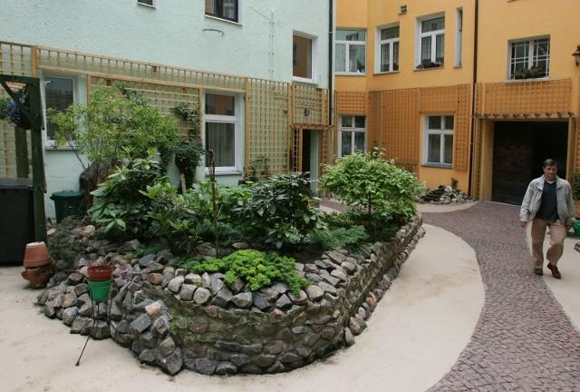 Na zdjęciu podwórko zagospodarowane przez Wspólnotę przy ul. Ściegiennego 1.