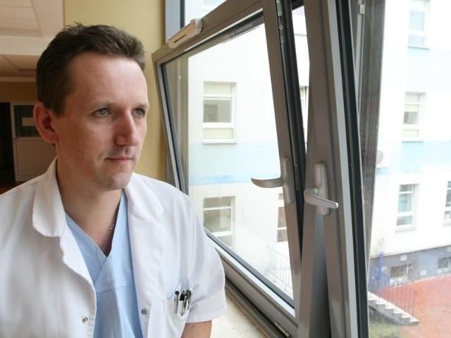 Igor Szydłowski kiedy jest pobranie, spędza w szpitalu często całą dobę, aż do rana, kiedy karetka z zespołem lekarzy i pobranymi organami wyjedzie do klinik transplantologicznych.