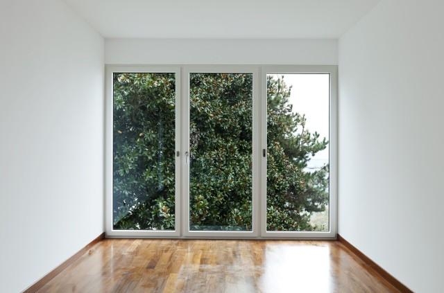 Okna czyść 2-3 razy do roku, nie zapominając o ramie, okuciach oraz uszczelkach. Wszystkie części ruchome warto naoliwić