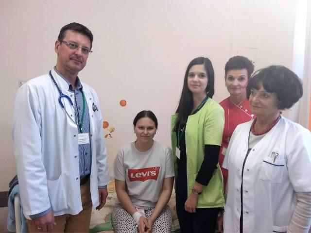 Wiktoria z zespołem, któremu przewodził dr n. med. Marcin Zaniew i kierownik oddziału pediatrii Kazimiera Kucharska-Barczyk