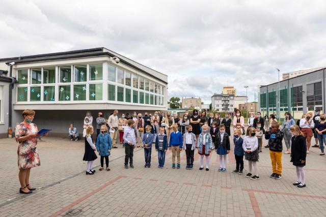 W SP nr 48 w Bydgoszczy inauguracja nowego roku szkolnego dla  klas I i II odbyła się przed szkołą. Potem uczniowie udali się z wychowawcami do klas. Tylko pierwszakom mógł towarzyszyć jeden rodzic.