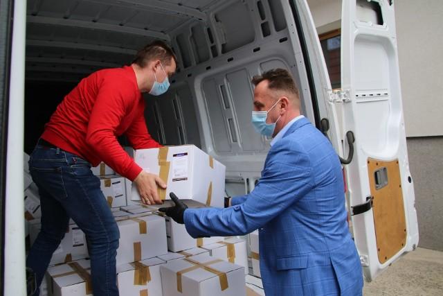 """Ponad 1,5 tony żywności trafiło do szpitala i placówek w powiecie jędrzejowskim. Wszystko w ramach programu """"Bezpieczne powiaty""""."""