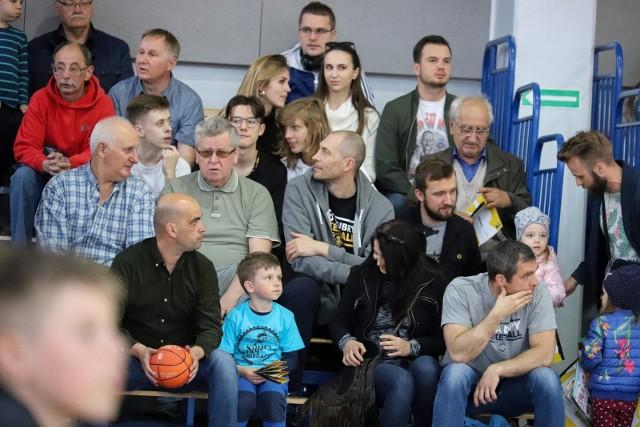 Żubry Leo-Sped Białystok przegrały pierwszy mecz półfinału play-off z Politechniką Opolską. W hali Uniwersytetu spotkanie oglądało wielu kibiców koszykówki.